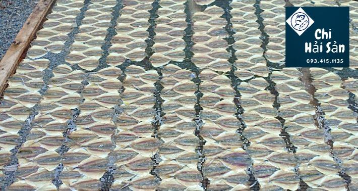 Phơi khô cá chỉ vàng